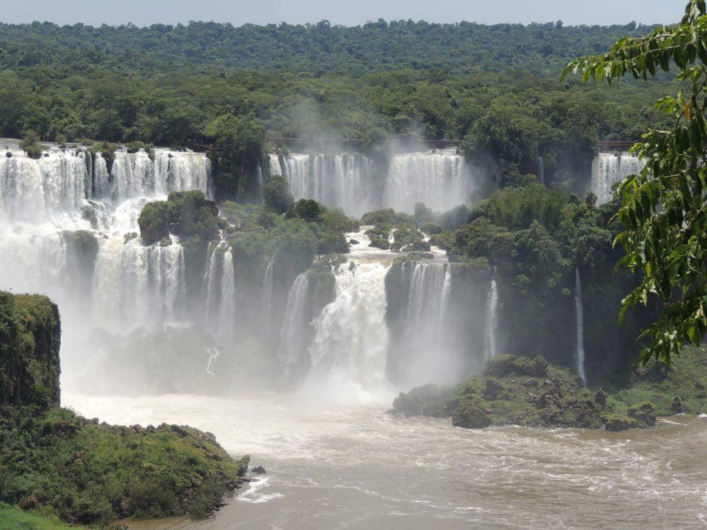 Las selvas tropicales generan una enorme cantidad de agua. En el Amazonas se encuentran algunas de las más bellas de las cataratas o caídas de agua, como la catarata Gocta, en Perú.