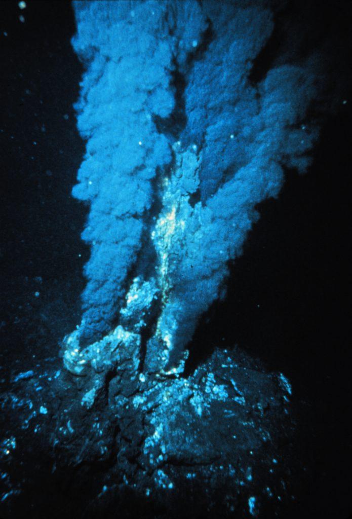 Las fumarolas volcánicas son unas de las principales fuentes de nutrientes y energía en los fondos abisales.